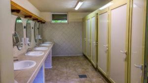 saubere, moderne Sanitäranlagen