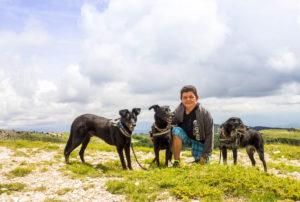 Melanie mit den Hunden am Montagne de Lure