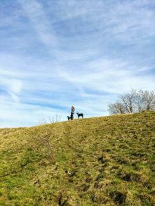 Iris mit den Hunden an der Eselsburg