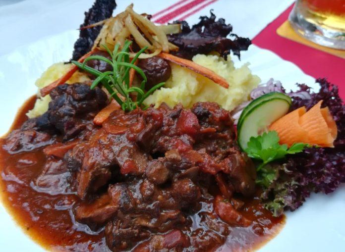 Wasserbüffel mit Kartoffelpüree im Restaurant St. Ilona