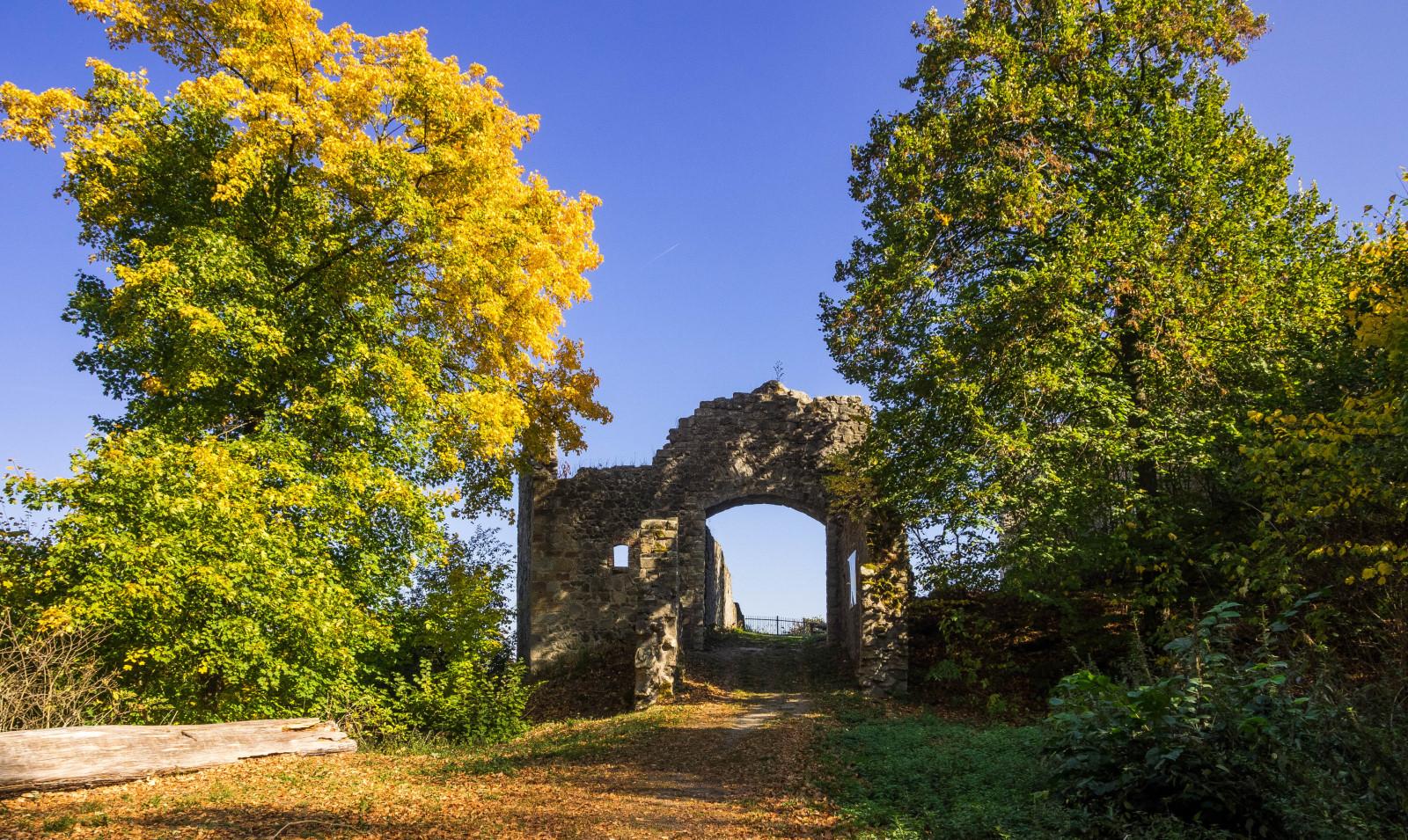 Eingangstor zur Ruine Bramberg