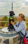 Iris mit Gino am Aussichtspunkt der Hohen Geba