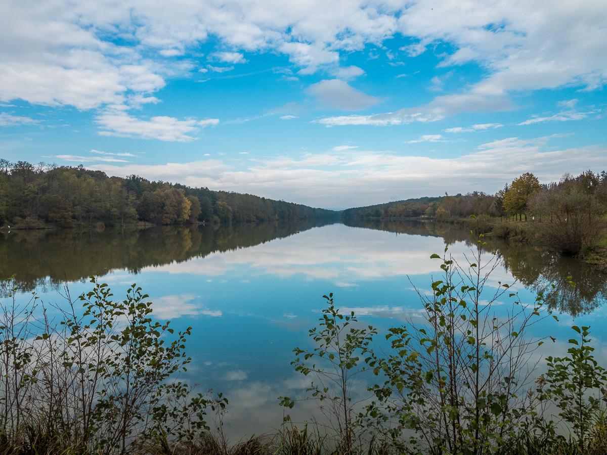 Der Bernsteinsee am Rande des Örseg Nationalparks