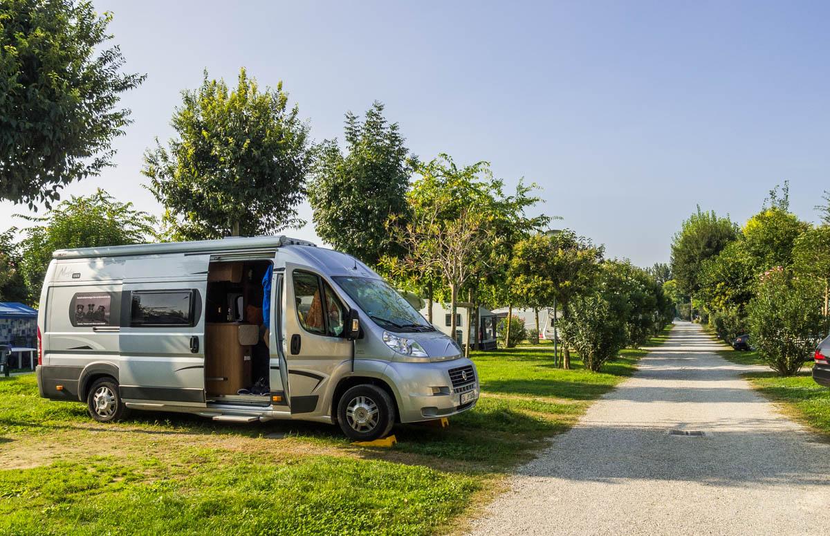 Wohnmobil auf Campingplatz Baia Verde