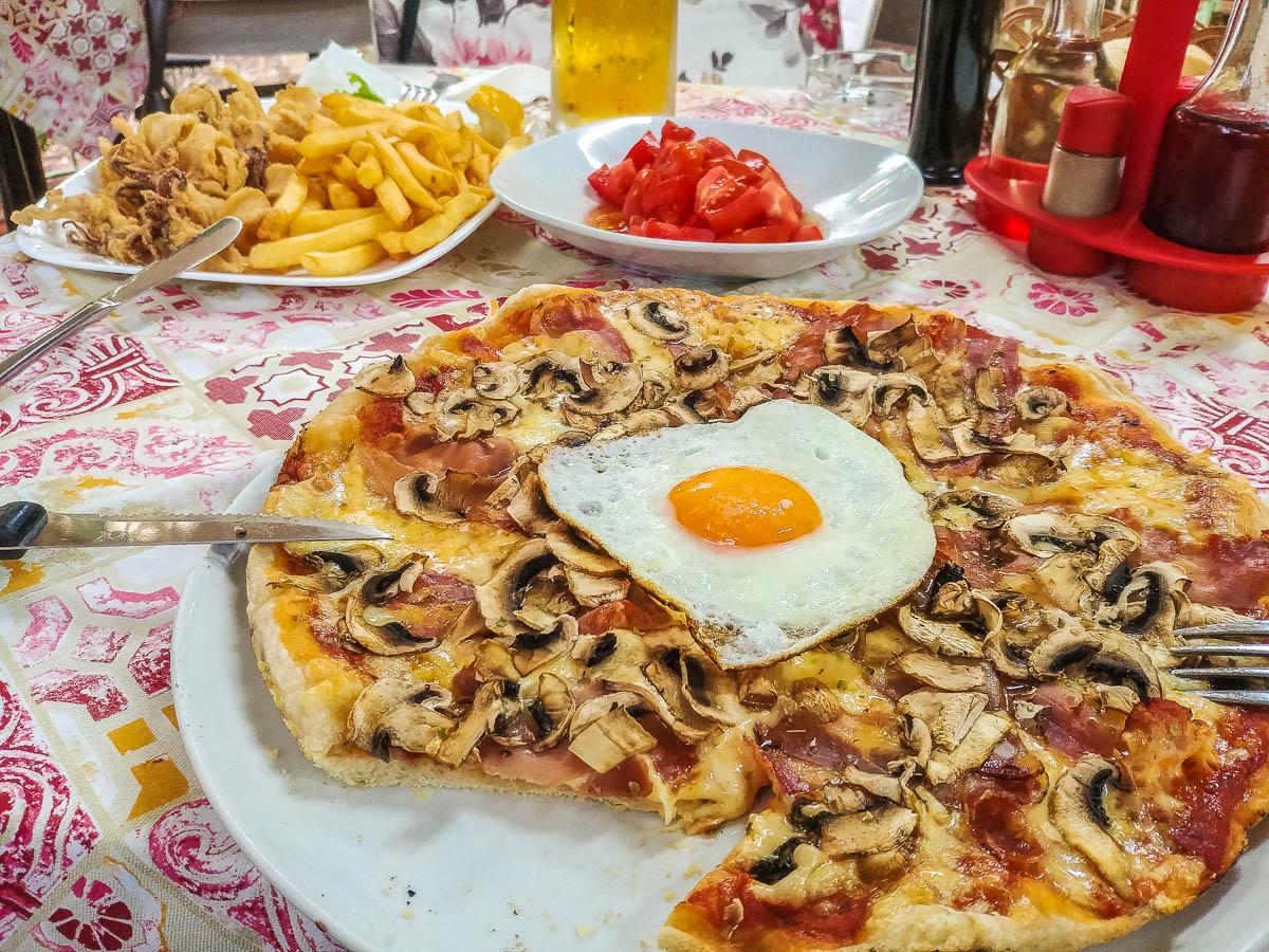 Pizza mit Spiegelei