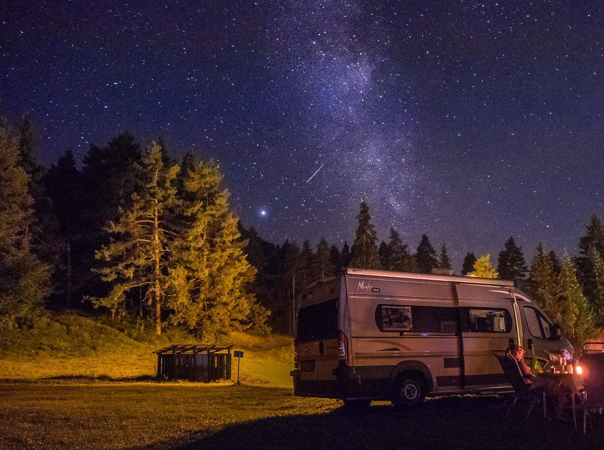 Milchstraße über dem Campervan
