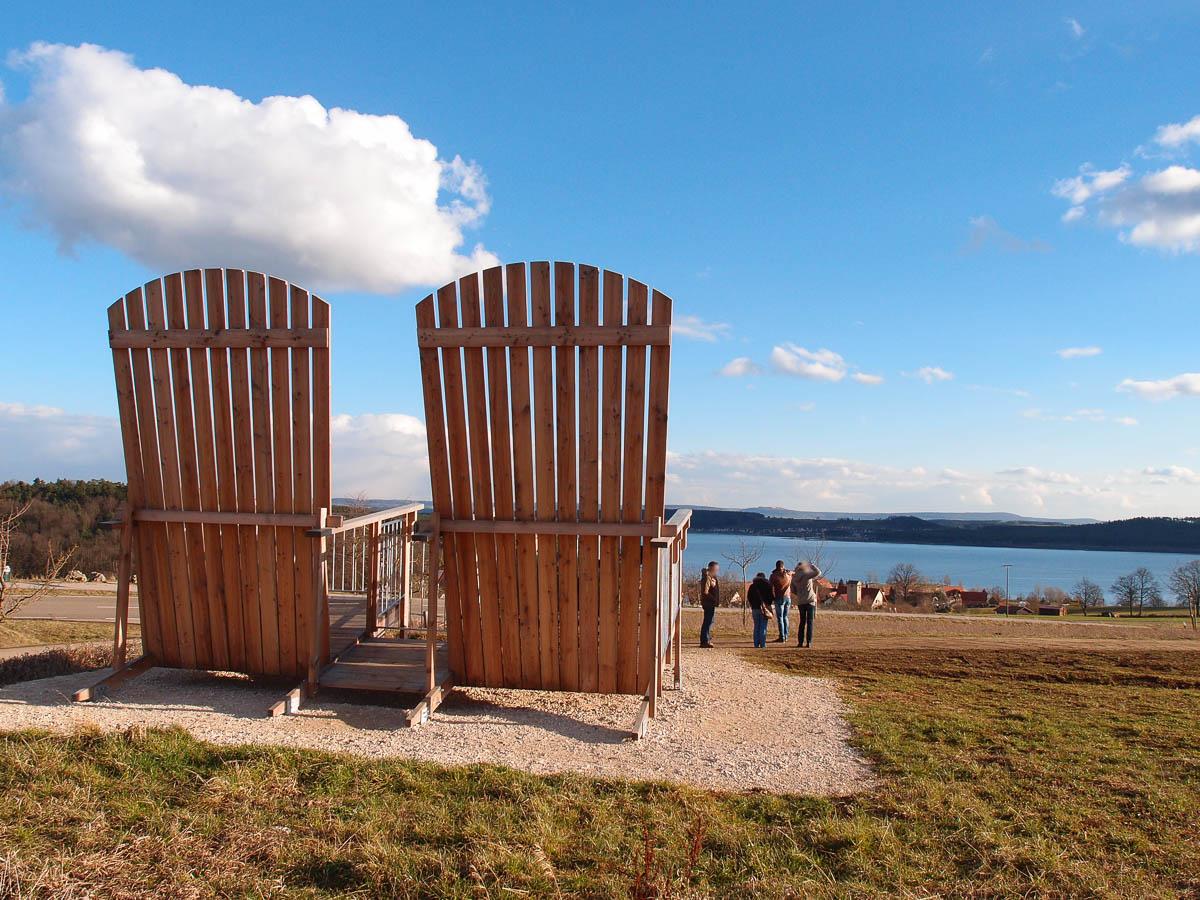 Zwei übergroße Stühle mit Blick auf den Brombachsee